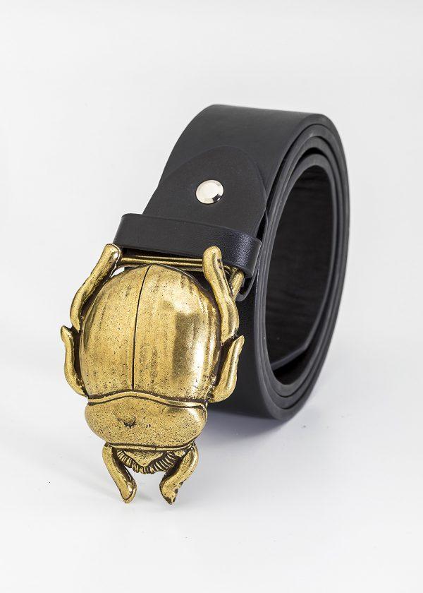Cinturón con hebilla de escarabajo dorado