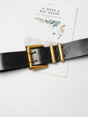 cinturón negro con hebilla grande dorada